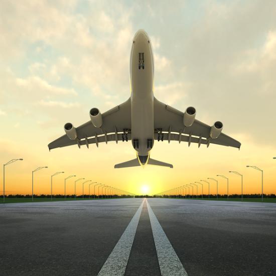 volo aereo che plana in pista